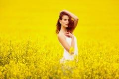 Молодая красивая девушка в поле Стоковое фото RF