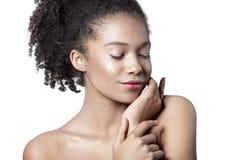 Молодая красивая девушка мулата с чистым совершенным концом-вверх кожи стоковое фото