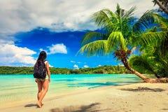 молодая красивая девушка наслаждается каникулами на тропическом Стоковая Фотография