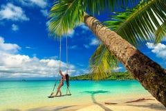 Молодая красивая девушка наслаждается каникулами на тропическом пляже рая Стоковая Фотография