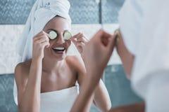 Молодая красивая девушка после поливать с полотенцем стоковые фото