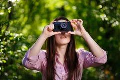Молодая красивая девушка принимая фото с ретро камерой фильма в Стоковые Изображения