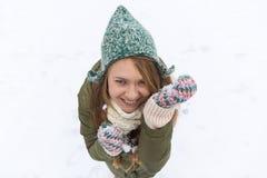 Молодая красивая девушка с длинными светлыми волосами наслаждается первым sno стоковые фото