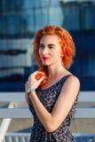 Молодая красивая девушка с красивым возникновением Рыжеволосая женщина с милой стороной на заходе солнца Очаровывать, усмехаясь п стоковые изображения