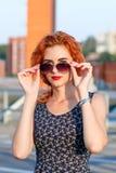 Молодая красивая девушка с красивым возникновением Рыжеволосая женщина с милой стороной на заходе солнца Очаровывать, усмехаясь п стоковое фото