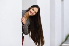Молодая красивая девушка с очень длинный усмехаться волос стоковое изображение rf