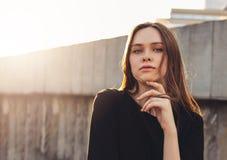 Молодая красивая длинная фотомодель девушки волос ветра на улице города стоковые изображения
