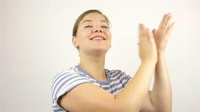 Молодая красивая женщина аплодирует с восхищением акции видеоматериалы