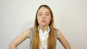 Молодая красивая женщина вполне неистовства, смотрящ камеру присягает акции видеоматериалы