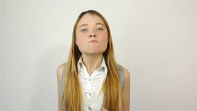 Молодая красивая женщина вполне неистовства, смотрящ камеру присягает видеоматериал