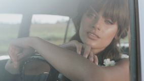 Молодая красивая женщина в платье свадьбы представляя в винтажном автомобиле акции видеоматериалы