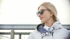 Молодая красивая женщина в солнечных очках Милая блондинка на прогулке ( акции видеоматериалы
