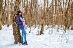 Молодая красивая женщина идя в древесины в зиме Стоковая Фотография RF