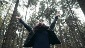 Молодая красивая женщина идя в парк осени Девушка идя в лес в падении, концепции образа жизни Стоковая Фотография RF