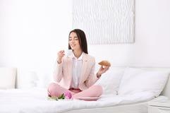 Молодая красивая женщина имея завтрак в гостиничном номере Стоковые Изображения