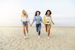 Молодая красивая женщина имея потеху на пляже Стрельба на движении Стоковая Фотография