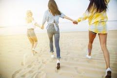 Молодая красивая женщина имея потеху на пляже Стрельба на движении Стоковое Изображение RF