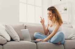 Молодая красивая женщина имея потеху с видео- звонком Стоковые Фотографии RF