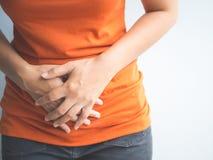 Молодая красивая женщина имея тягостное stomachache стоковые изображения