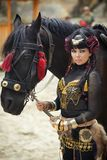Молодая красивая женщина, красота, этнический племенной макияж, серьги, богемский стиль hippie и лошадь стоковое фото rf
