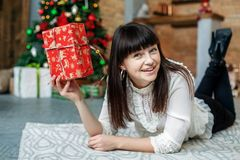 Молодая красивая женщина получила коробку сюрприза Новый Год концепции, Merr Стоковое Изображение RF