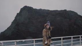 Молодая красивая женщина при камера стоя на доске корабля и смотря вокруг Турист на моторке скорости акции видеоматериалы