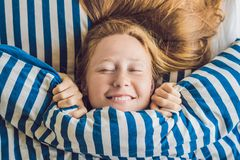 Молодая красивая женщина проспала вверх в конце-вверх кровати стоковые изображения