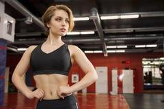 Молодая красивая женщина спортсмена в спортзале Стоковая Фотография RF