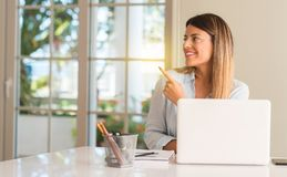 Молодая красивая женщина студента с компьтер-книжкой на таблице, дома стоковое изображение rf
