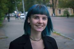 Молодая, красивая женщина с голубыми волосами усмехается стоковая фотография rf