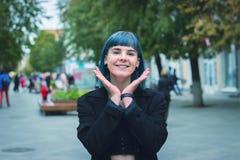 Молодая, красивая женщина с голубыми волосами усмехается стоковое фото rf
