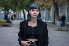 Молодая, красивая женщина с голубыми волосами усмехается стоковая фотография