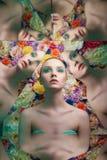 Молодая красивая женщина с ярким макияжем colorfull на предпосылке цветка стоковая фотография rf