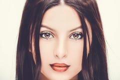 Молодая красивая женщина с ярким составом на белой предпосылке стоковые изображения
