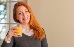Молодая красивая женщина redhead дома стоковое изображение