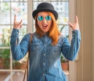 Молодая красивая женщина redhead дома стоковые фото