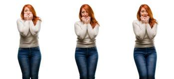 Молодая красивая женщина redhead изолированная над белой предпосылкой стоковые фотографии rf