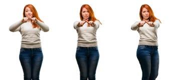 Молодая красивая женщина redhead изолированная над белой предпосылкой стоковая фотография