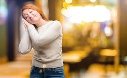 Молодая красивая женщина redhead над предпосылкой ночи стоковые изображения rf