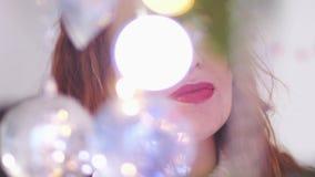 Молодая красивая загадочная женщина украшая ель через света гирлянды движение медленное 3840x2160 видеоматериал