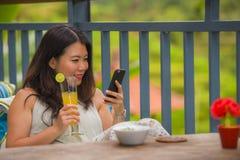 Молодая красивая и счастливая азиатская корейская женщина наслаждаясь на курорте праздников в тропической террасе риса выпивая зд стоковые фото