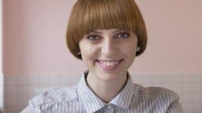Молодая красивая кавказская девушка имбиря усмехаясь и смотря камеру Портрет, конец-вверх 60 fps акции видеоматериалы