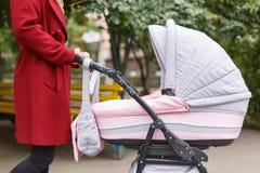 Молодая красивая мама идя с младенцем в парке Стоковая Фотография