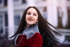Молодая красивая модель в городе Динамически маленькая девочка идет вниз с улицы порхая ветер волос Стоковая Фотография