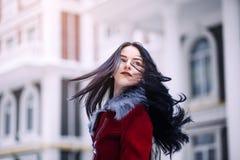 Молодая красивая модель в городе Динамически маленькая девочка идет вниз с улицы порхая ветер волос Стоковые Изображения