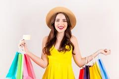 Молодая красивая модель с сериями хозяйственных сумок в руках стоковое изображение rf