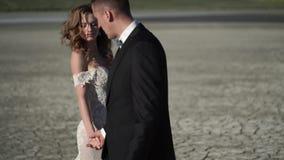 Молодая красивая невеста в платье свадьбы и выхолить идти сток-видео