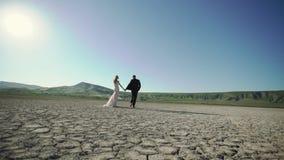 Молодая красивая невеста в платье свадьбы и выхолить идти видеоматериал