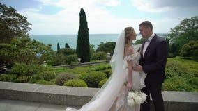 Молодая красивая невеста в платье свадьбы и выхолить обнимать и целовать сток-видео