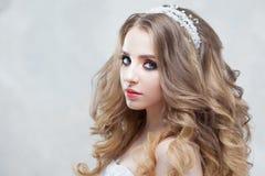 Молодая красивая невеста с роскошными скручиваемостями Стиль причёсок свадьбы с тиарой Стоковые Фотографии RF